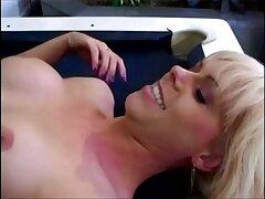 Sexy Jennifer White en el baño, pagado por videos gay caseros xxx chupar
